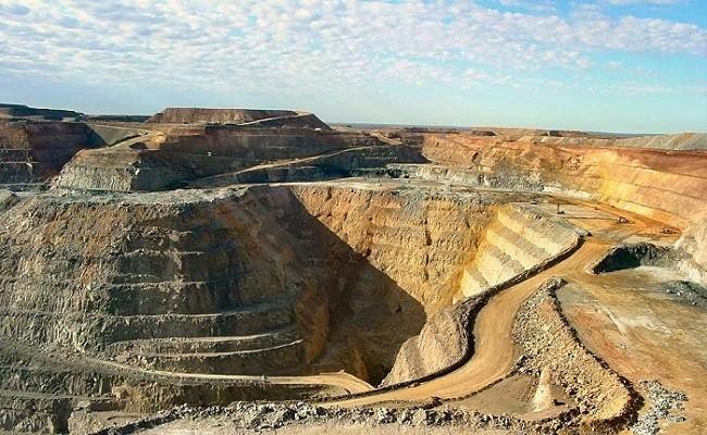 معدن با نمایشگاه و همایش توسعه نخواهد یافت | سعید صمدی